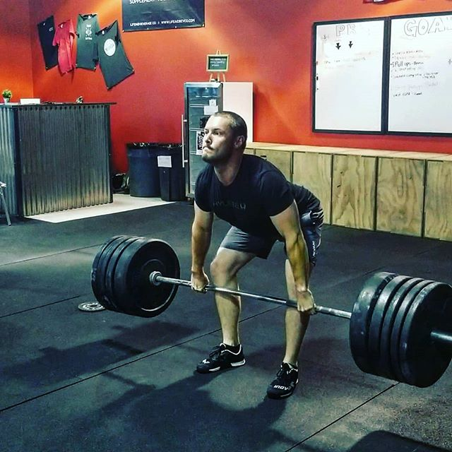➡️➡️➡️Its friday people, load up that bar and go⬆️🚀 @wulfandrew cleaning his way into the weekend🤙🏋️‍♂️ #slaminbars #oly #olympiclifting # nnac #fitness #reno #homemeansnevada #fit #gym #crossfit #fitnessmotivation #fitspo #fitfam #strength #wellness #health #community