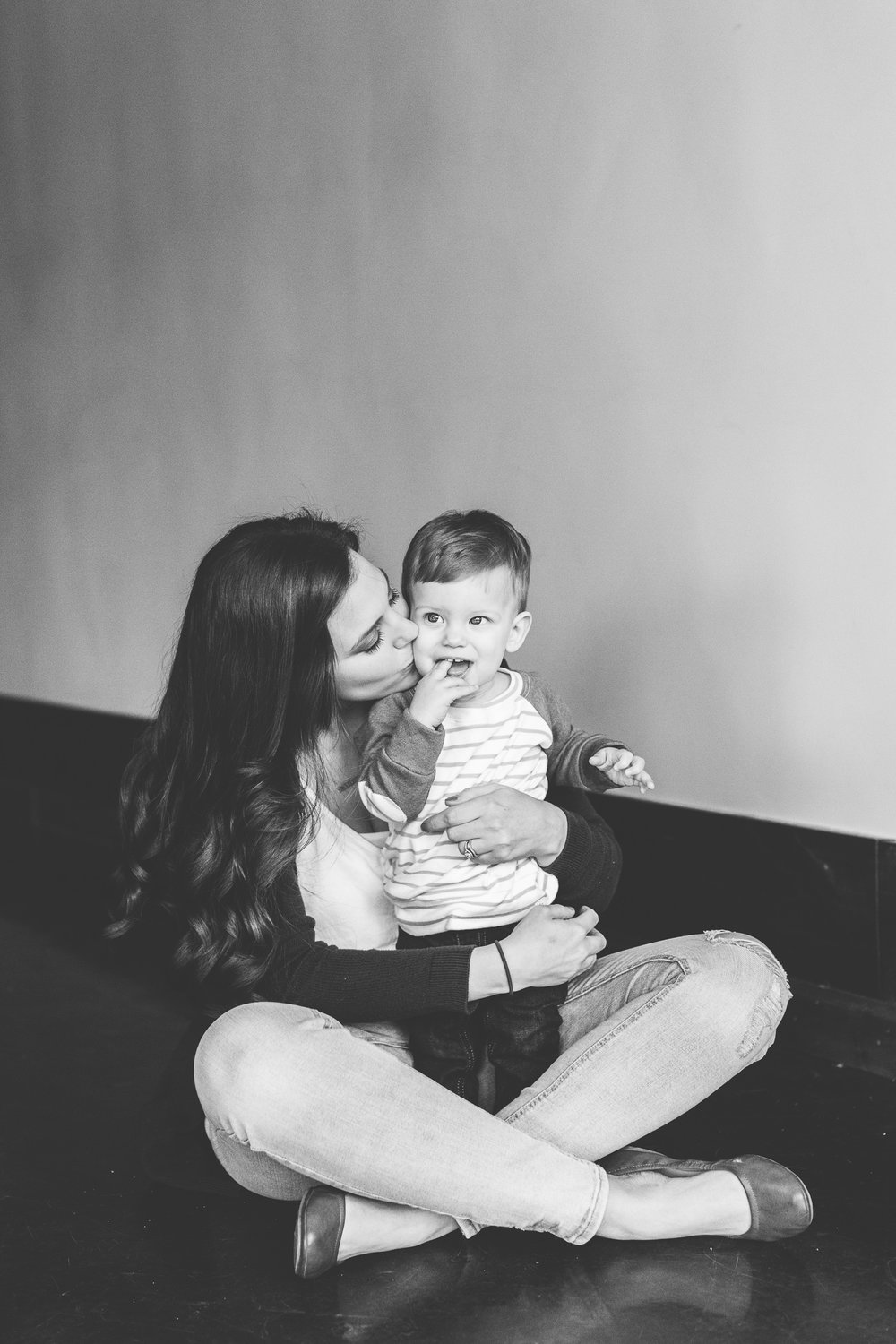 Knoxville Minimal Family Portrait Photography // First Birthday Smash Cake Photos // Suzy Collins Photography