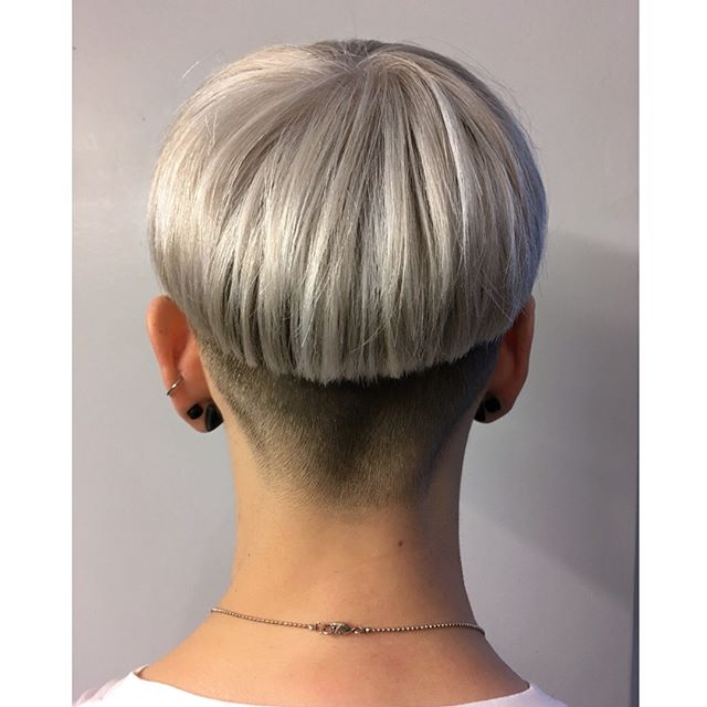 sharp platinum bowlcut for my bby 🖤🔪 #bowlcut #sharpcut #fadehaircut #whitehair #platinumblonde #redken #hairstylist #hairstylistinthemaking #bowlcutsarebackbaby #coupechampignon #mushroomhair #mushroomcut #unlistd
