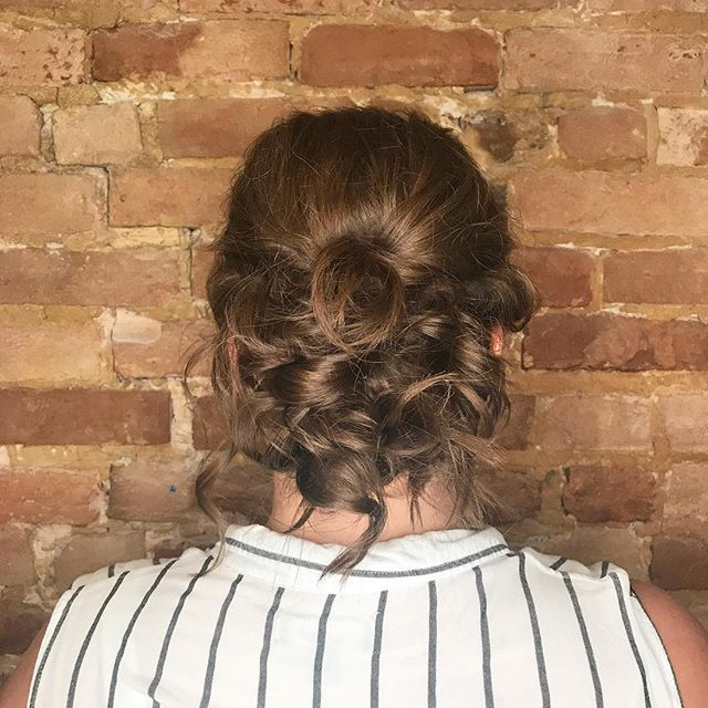 Believe it or not she has fine hair 😮 but you would never know 🙌🏻 . . It's all in how u prep the hair! . #finehair #updo#curls #updos #wedding #weddinghairmtl