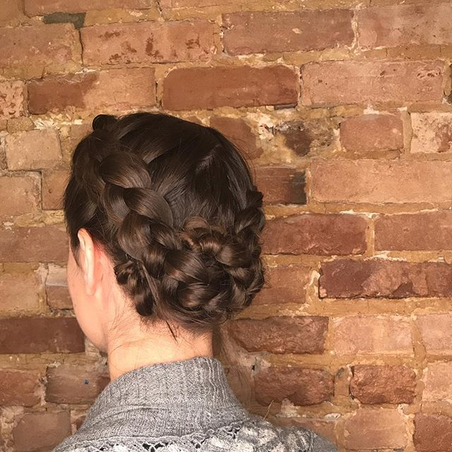 Last week we did a wedding in the salon which means we got the ring light for photos 🤗 . . . #braid #braidedupdo #braiddo #braidsforlife #mtlwedding