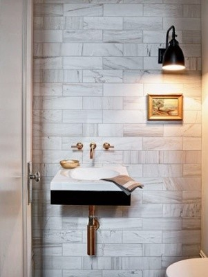 tiny-bathroom-marble-walls-brass