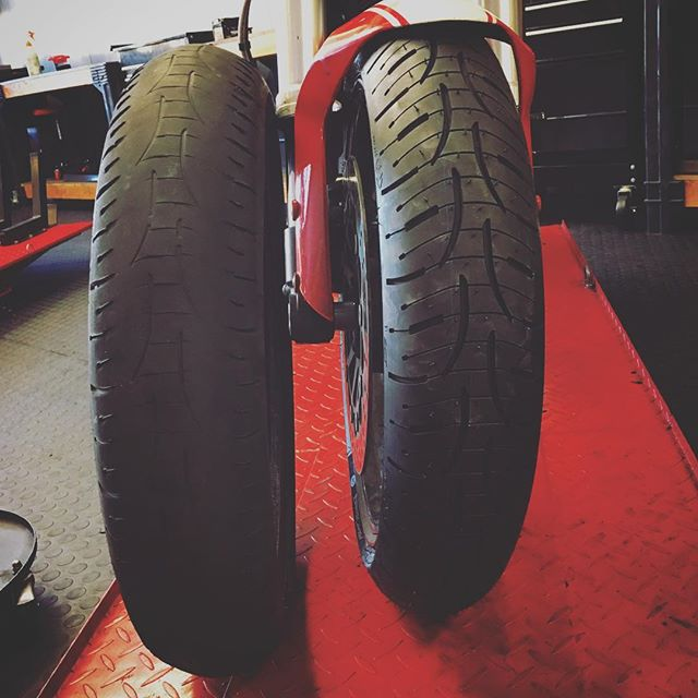 @not.steve rode the #pilotroad4 set on the left for 13,000+ miles before replacement. Never a slip, slide, or issue. Great tire 👍 ———————————————— #michilin #tires #tyres #pr4 #howdoyoulikethem #touring #canyoncarver #adventuretouring #Ducati #ducatimonster #ducatiscrambler #monster696 #696 #desmodromic #desmolife #brembo