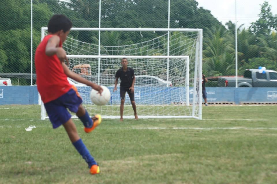 Kids playing on the LF field #18 in Massangana,Cabo de Santo Agostinho (PE, Brazil), in April, 2015.