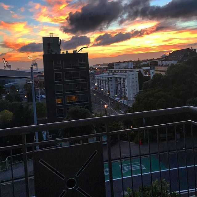 Another amazing photo by one of our residents @caileanp ————————————- #thestatesmanapartments #thestatesman #auckland #aucklandcity #sunset #sunrise #view #apartmentliving #nz #newzealand