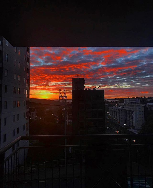 Spectacular photo of the sunrise this morning by one of our residents 📷 @caileanp  #thestatesmanapartments #sunrise #parliamentstreet #auckland #visitauckland #citylife #winter #newzealand #view