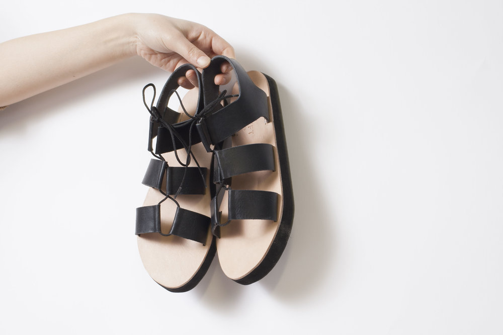 PAM LEFT PAM RIGHT  台湾生まれカリフォルニア育ちのPamela Ho(パメラ・ホー)は冬でも靴下にサンダルを合わせる。彼女は3.1 PHILIP LIMやKATE SPADEなどのシューズデザイナーを経て、2015年に自身のサンダルブランドをスタート。マンハッタンの工場で自身の手でハンドメイドで生産している