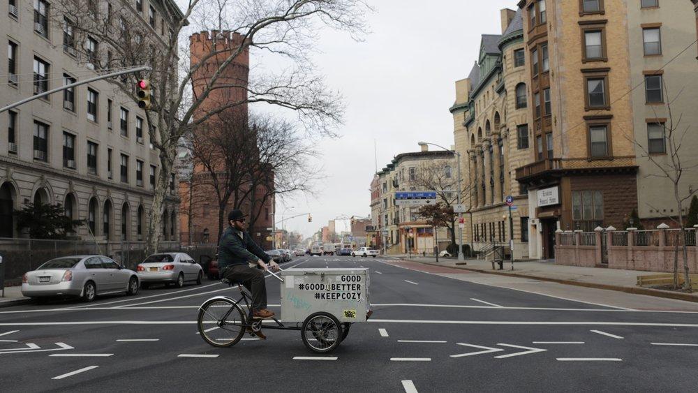 GOOD CANDLE  2012年、ニューヨークの週末の定番とも言えるブルックリンフリーマーケットにてスタートしたキャンドルブランド、Good Candle(グッドキャンドル)。創始者のJohnathan Kroeger(ジョナサン・クルーガー)は、キャンドルを作る装置から商品に到るまで全てハンドメイドで行い、週末には自慢のキャンドルカートでブルックリン市内を配達に回る