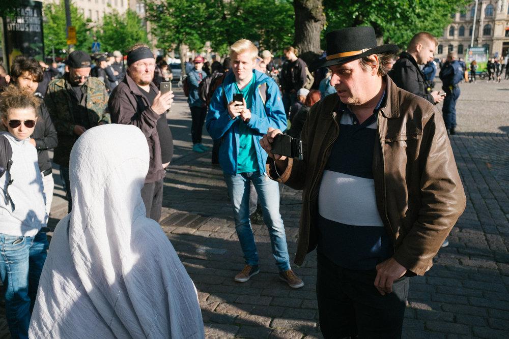 Useat Suomi ensin -leirin mielenosoittajat kuvasivat paikalla ollutta yleisöä lähietäisyydeltä ja huutelivat näille loukkauksia.