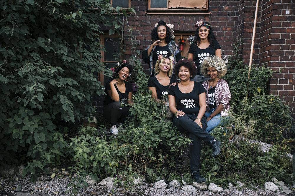 Kuvassa Good Hair Dayn alkuperäinen tuottajakollektiivi. Takana Sophia Wekesa ja Saida Mäki-Penttilä, keskellä Efe Ogbeide, Sara-Lisa Martins Lopes, Nini Bananas ja edessä Maija Baijukya.