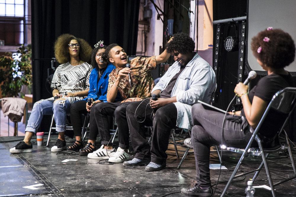 Viime vuoden Afron poliittisuus -paneelissa keskustelivat vasemmalta oikealle GHD:n oma Michaela Moua, runoilija-näyttelijä-aktivisti Laura Eklund Nhaga sekä räppärit Bentality ja Hassan Maikal. Haastattelijana selin kuvaan Maija Baijukya.