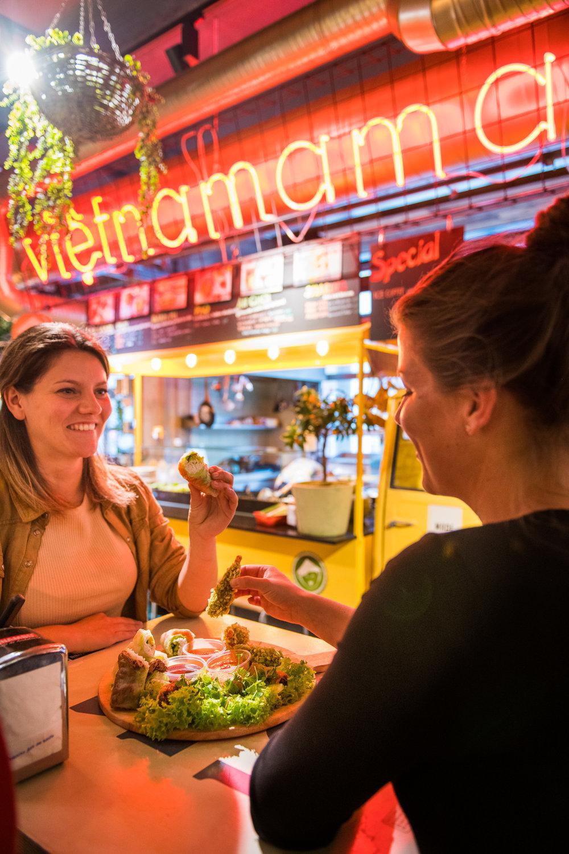 Vietnamama in DTGM - Omdat onze familie niet alleen maar op reis wil zijn en hunkerde naar een thuisbasis openden wij in 2017 in de Down Town Gourmet Market in Eindhoven. Ondertussen voelen wij ons helemaal thuis en zijn we zelfs door Deliveroo uitgeroepen tot favoriet van de stad!