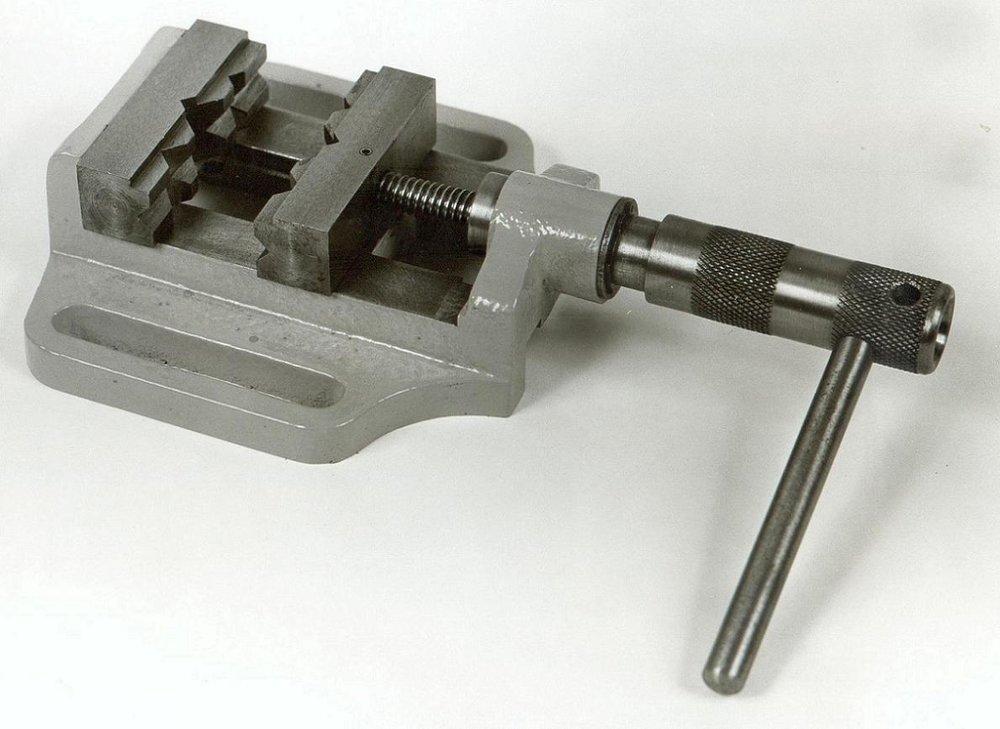 Μέγγενη δραπάνου 8s με άνοιγμα σιαγόνων 8cm.