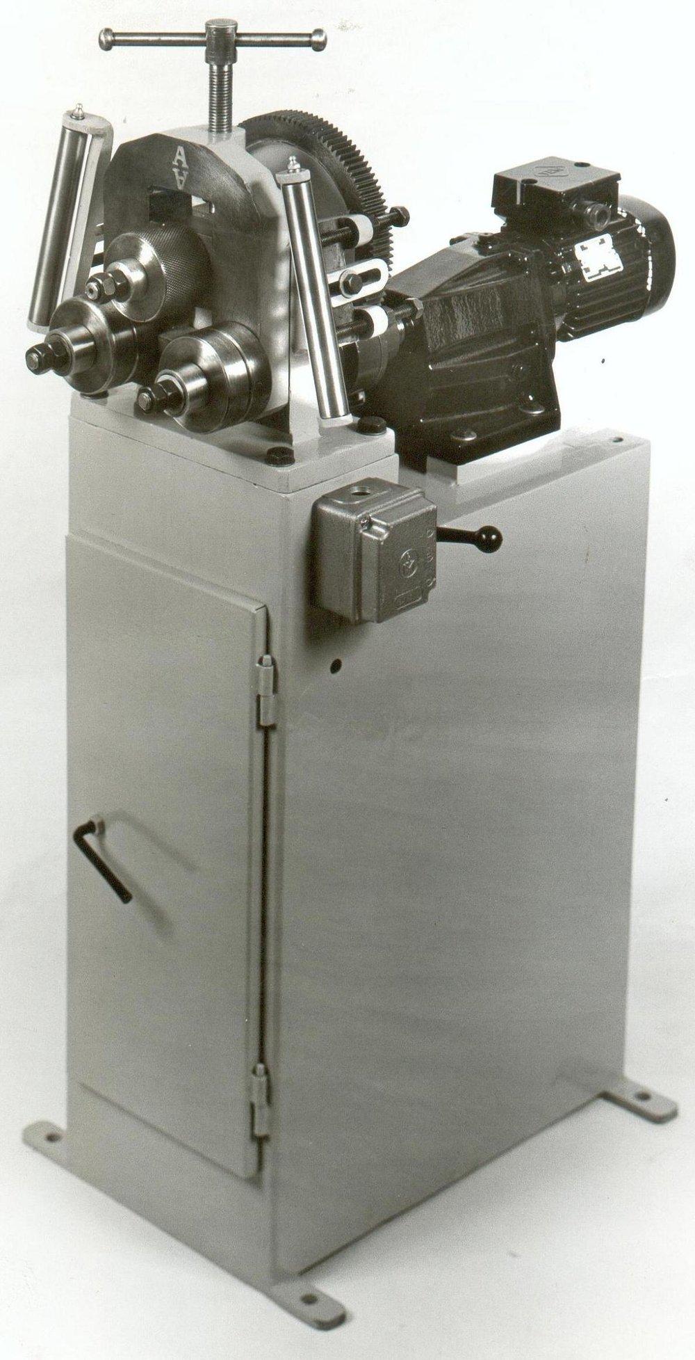 Ηλεκτροκίνητος διαμορφωτής κύκλων EG25 για σωλήνα μέχρι Φ25mm.