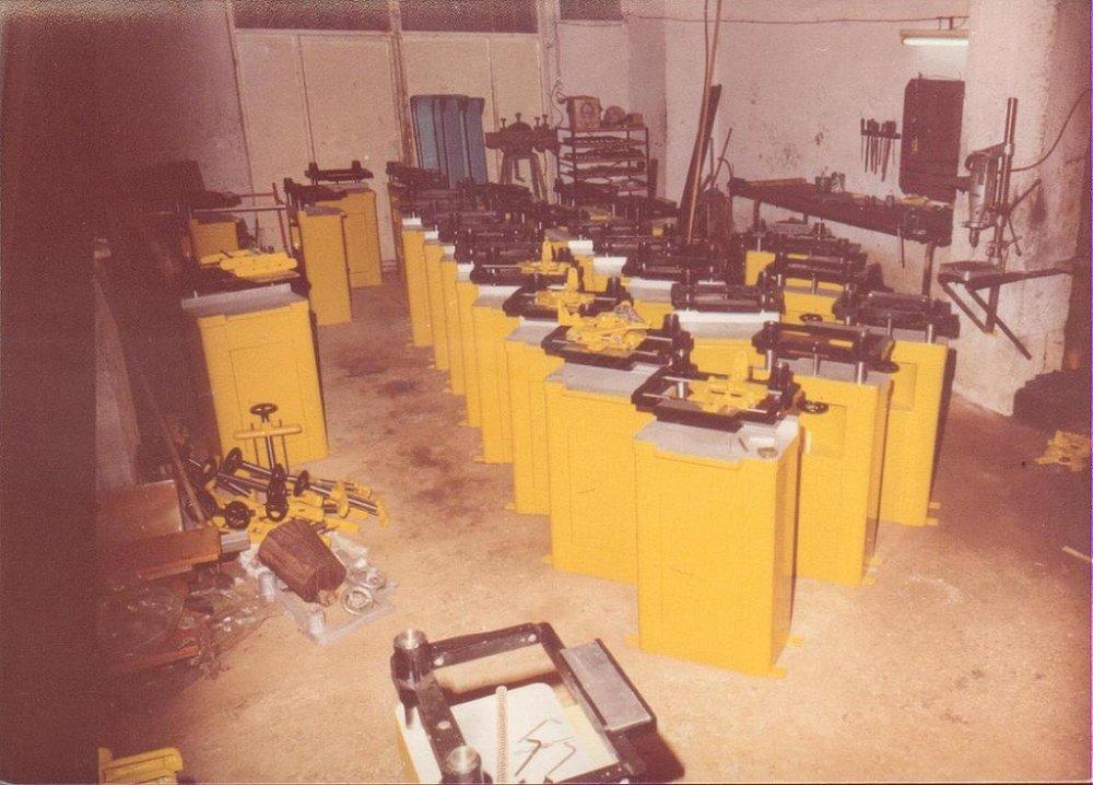 Παντογράφοι αλουμινίων στη διαδικασία μονταρίσματος στο μηχανουργείο του Πειραιά.