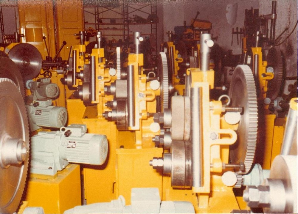 Διαμορφωτές κύκλων στη διαδικασία παραγωγής στο μηχανουργείο του Πειραιά.