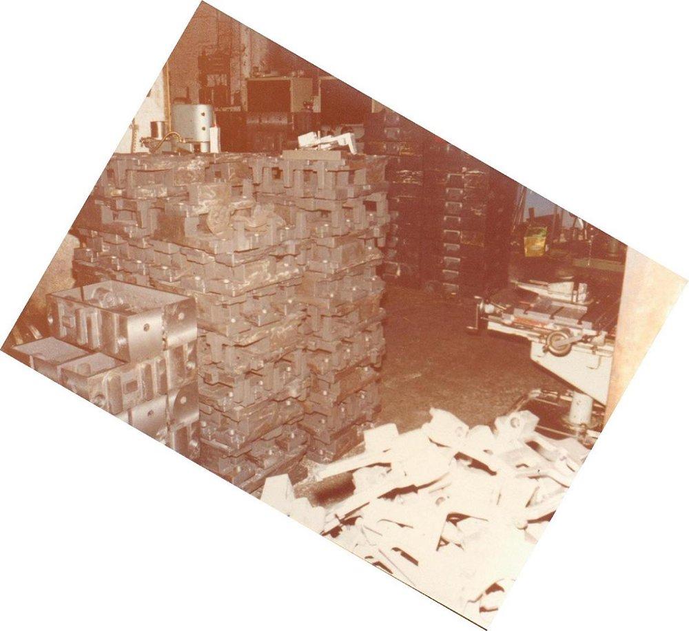 Χυτά από πρεσσάκια αλουμινίου, δισκοπρίονα αλουμινίου & παντογράφους αλουμινίων στη διαδικασία παραγωγης στο μηχανουργείο του Πειραιά.