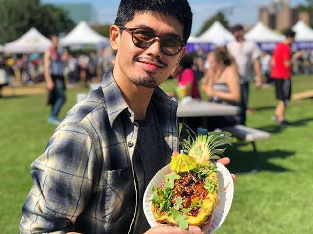 Took a 45 minute subway ride 🚊 from Brooklyn and walked 20 minutes over the RFK Bridge 🌉 to get to this #vegan island heaven that is @vegandalefestival to eat this Tiki Bowl from @hartbreakersbk 💔🍍🌴 #worthit #whatveganseat