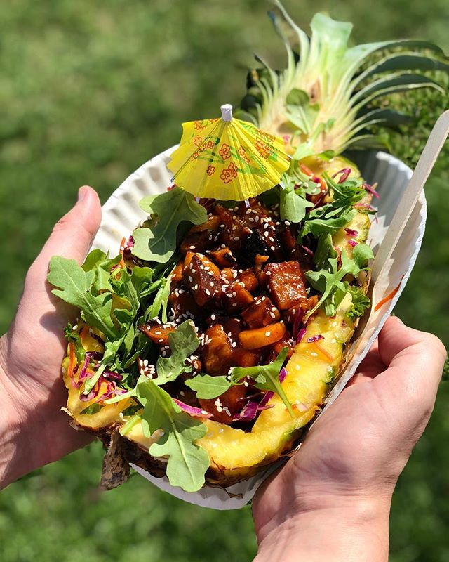 Summer might be over, but this Tiki Bowl 🌴🍍🌴 from @hartbreakersbk is giving us some very welcome tropical vibes~ 🏝 😎 So glad we got to try this at #Vegandale! We can't wait to try what else they've got cookin' at @hartbreakersbk newly-opened location! 😍 #whatveganseat #vegan #veganfoodshare #vegansofig