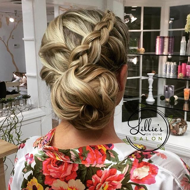 Ⓕⓛⓐⓢⓗ Ⓑⓐⓒⓚ Ⓕⓡⓘⓓⓐⓨ  Loved this updo, but am I the only one who looks at their older photos and critiques the LIFE out of them?! 😂  #jlilliehair #flashbackfriday #braidedupdo #lilliesondune 