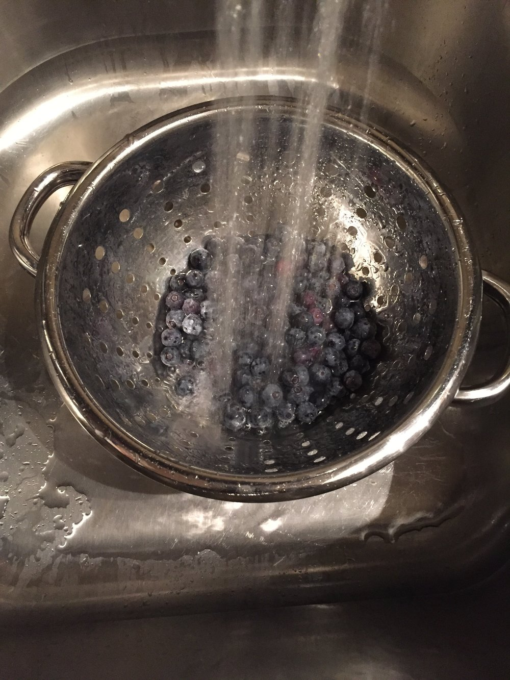 RINSE BLUEBERRIES
