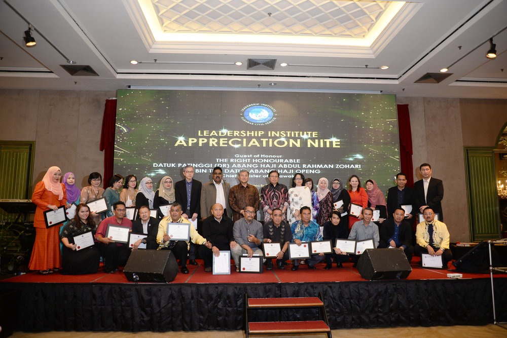 Recipients of the Long Service Award and 'Best Performance Awards in 2017' gather for a group photo with Abang Johari (eighth right), Morshidi (ninth right), Sabariah (seventh right) and Segaren (10th right).