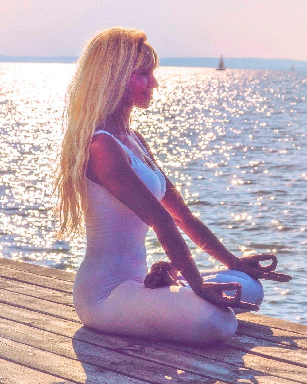 """Yoga-Meisterin Iveta Sunyata ist selbst ein sichtbarer Beleg für die Effektivität ihres """"Jungbrunnen-Yoga""""."""