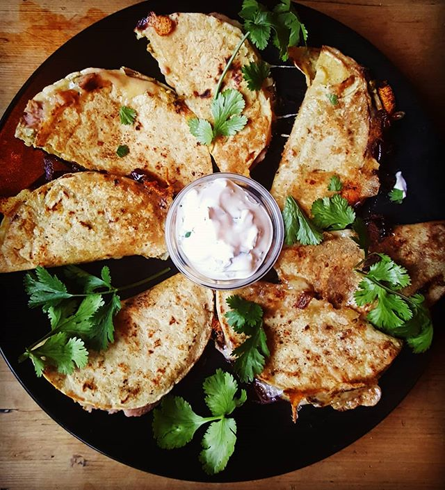 Friday night in the city! Quesidillas on special tonight.....3 for 7squid! Get down and get in! #friday ##quesadilla ##pub #hackney #refriedbeans #caremalisedonions #coriander #tortilla #hoxton