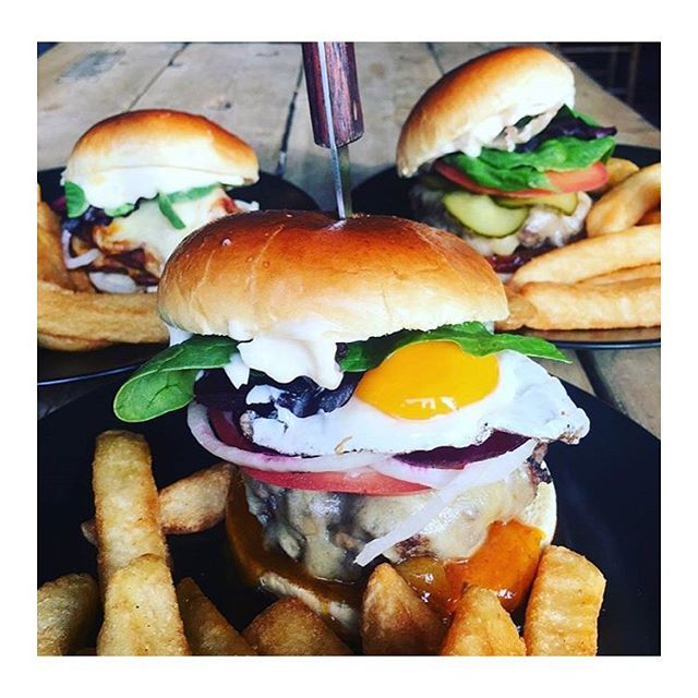 FROM THE LAND DOWN UNDER 🌎🌎🌎🌎🌎🌎🌎🌎🌎🌎 OUR INFAMOUS KIWI BURGER TOPPED WITH A JUICY FRIED EGG 🌎🌎🌎🌎🌎🌎🌎🌎 COME GRAB YOURSELF ONE #hoxton #craftbeer #howlatthemoon #london #pub #foodporn #fatsoskitchen #burger