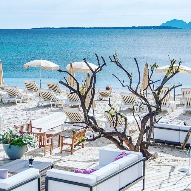 Missing days by the beach! Here's a gorgeous beach side set up by the Cap D'Antibes beach hotel that is located between Nice and Cannes! ✨⠀ ⠀ Image from Pinterest ⠀ ⠀ #imperioway #architecture #Global #motivation  #perthsmallbusiness #dream #travel #inspiration #like4like #travelphotography #love #instadaily #pictureoftheday #instagood #wanderlust #worldwide #l4l #design #perthentrepreneur #interiordesigner #photooftheday #classic  #minimalist #amazing #instago #fitouts #love #bestoftheday #instahub #creative
