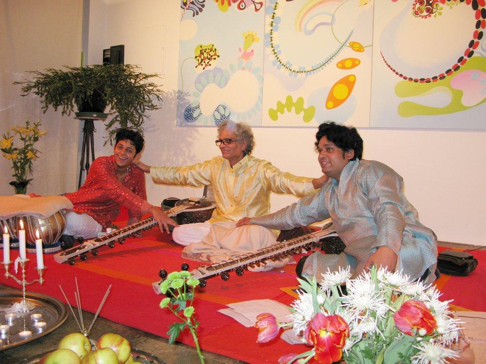 """""""Music of Benares-music is love""""    www.music-of-benares.com   Seit nunmehr 12 Jahren spielen """"Music of Benares"""" jeden November unbeschreiblich schöne indische klassische Konzerte. Höher und klarer kann die Energie nicht sein. Ihre Konzerte sind alljährliche Highlights im NUU von denen wir alle lange zehren."""