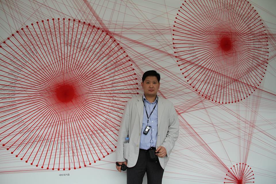 goldenhand_6@yahoo.com     Khosbayar Narankhuu - Maler     Er lebt und arbeitet in der Mongoleri und spezialisierte sich währed seines Studiums auf Mongol zurag, einen traditionelle mongolischen Malstil, der sich durch seine Einzigartigkeit von benachbarten Stilen orientalischer Kunst abhebt. Khosbayar ist ein Meister der alten Technik, die auf dem buddhistischen Tangka Stil basiert und sich durch feine Details und natürliche Farben auszeichnet.