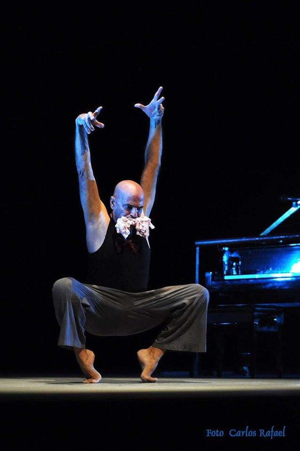 vabas.online     Guillermo Luis Horta - Artist   Meister der Improvisation. Tänzer, Maler, Vocalist, Choreograph, he works with a deep interest in body and voice. He developed Vabas, a training method to synchronize breath and voice with body and movement.