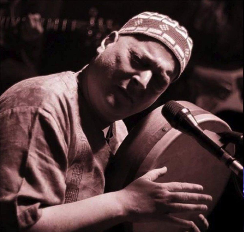http://www.derwienersalon.com    Habib Samandi - Musiker   Habib Samandi arbeitet live, als Studio-Musiker, machte Rhythmus-Komposition für Theater und Film und begleiteteTänzer während ihrer Performances mit seinen Percussion-Rhythmen. Er spielt regelmäßig mit Freunden im NUU großartige Worldmusic Konzerte.