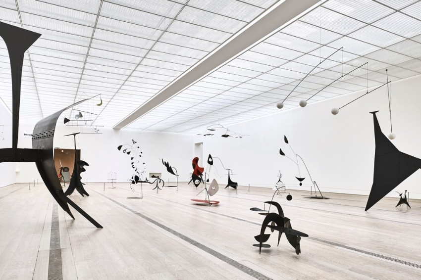 "Installation view of the exhibition ""Alexander Calder & Fischli/Weiss"", Fondation Beyeler, Riehen/Basel, 2016; © Peter Fischli David Weiss / 2016 Calder Foundation, New York / ProLitteris, Zurich Photographs by Mark Niedermann (courtesy of Artribune)"