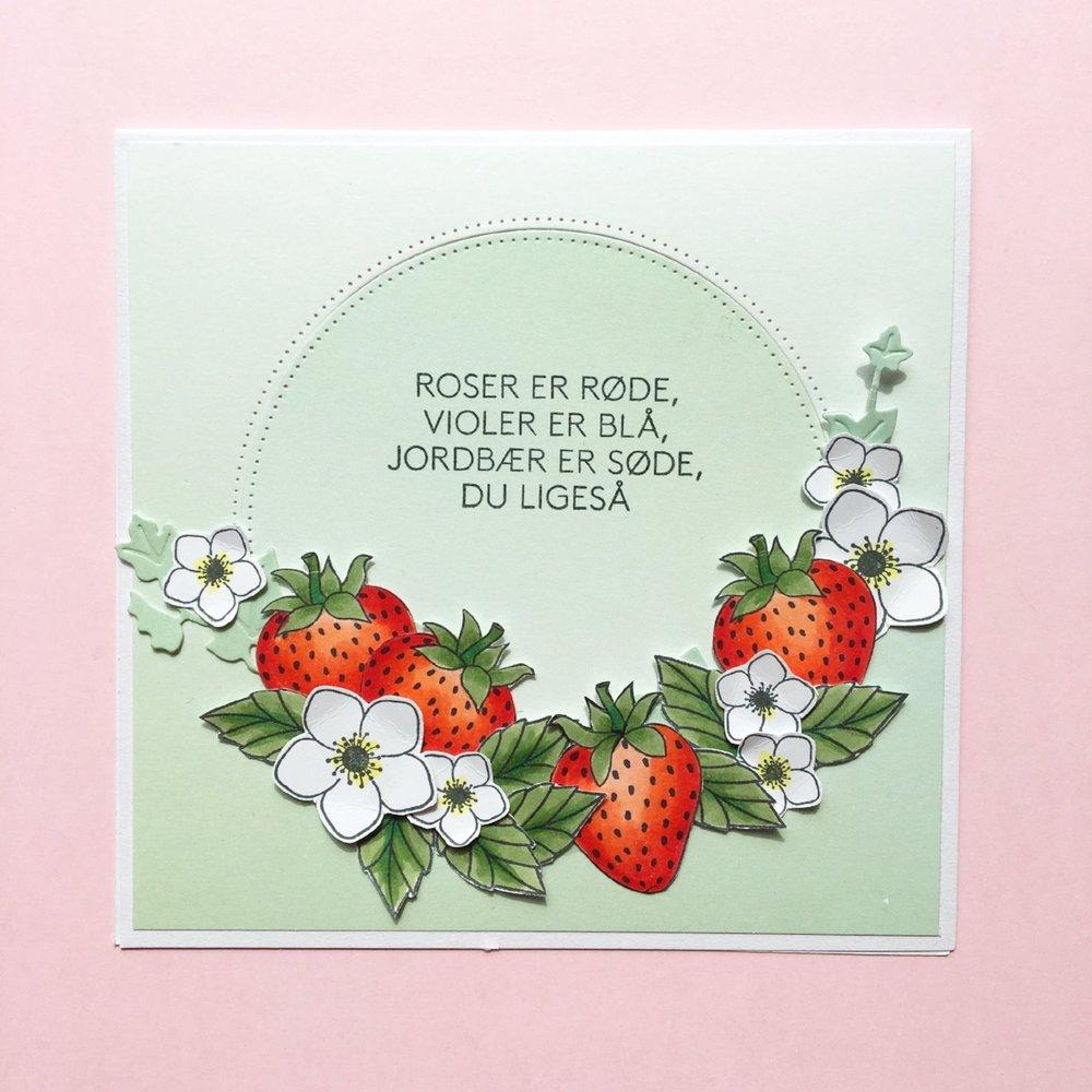 KORT 3 Et fint lille kort med jordbærtema. Stempler: jordbær,blomst og tekst, blade Dies: egeføj, cirkel Papir: 'smagen af pistage', Jordbær og blade og er farvelagt med Copic Ciao