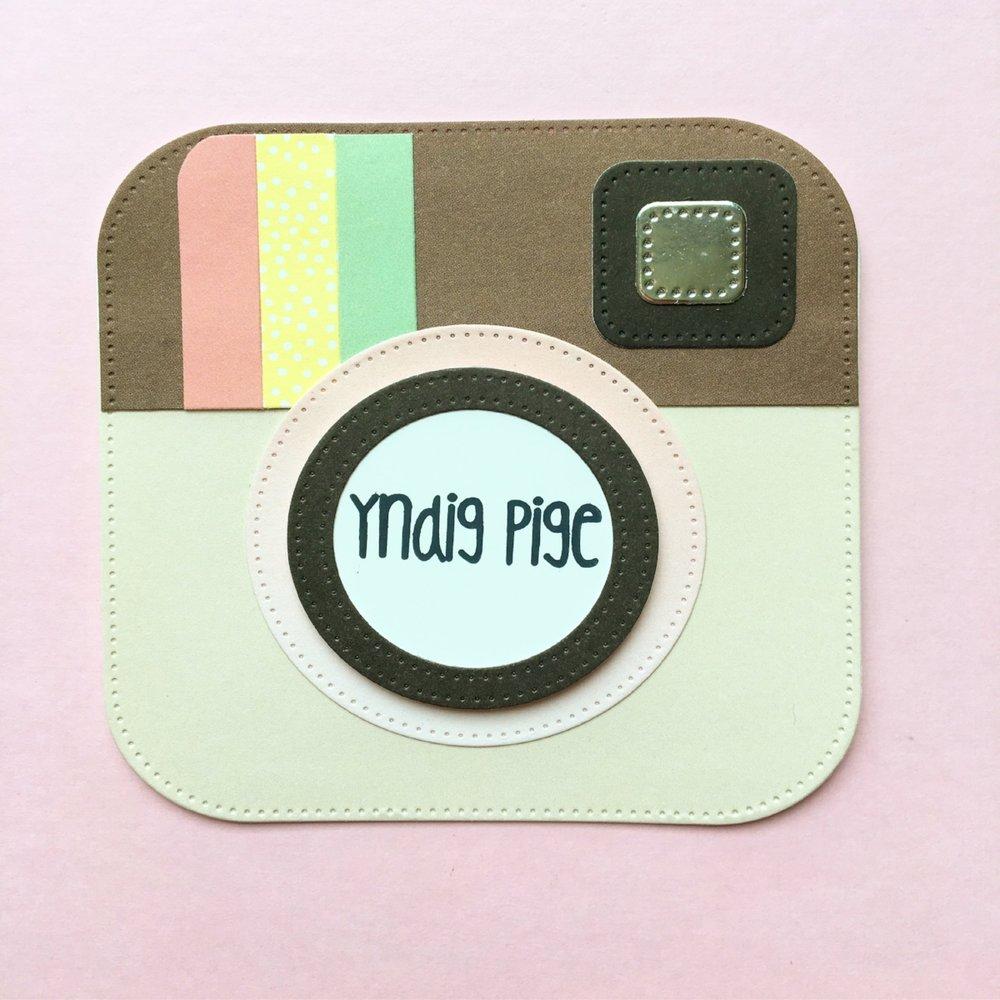 KORT 2 Et fint lille instagram kort. 10x10 cm. Inspiration hentet fra pinterest.   Stempler:   yndig pige    Dies:    firkant med runde hjørner ,  cirkel    Papir:    'pistage' , 'banan' ,  'pistage' ,  'jordbærguf' ,  'saltkaramel' , ' chokolade'