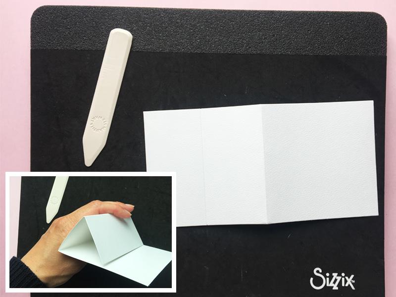 Step 1:  Tag kortbase 1 i brug. Kortbasen har en fold på midten, lav en yderligere fold så den deler med 5 cm på hver side. Se skabelon og foto. Du har nu din base for kortet.