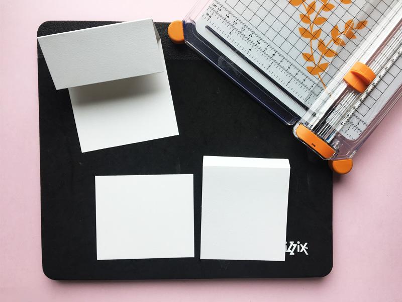 Step 2:  tag kortbase 2 i brug.Skær den så den måler 9 cm i bredden og 11,5 cm i længden. 11,5 cm = 10 cm på den ene side af folden og 1,5 cm på den anden side af folden. Se skabelon. Gem resterne fra kortbase 2. Det skal bruges senere.