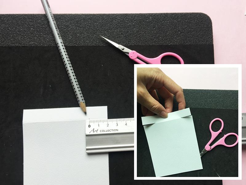 Step 3:  kortbase 2 – klip 2 cm ind i folden på hver side. Se foto og skabelon.