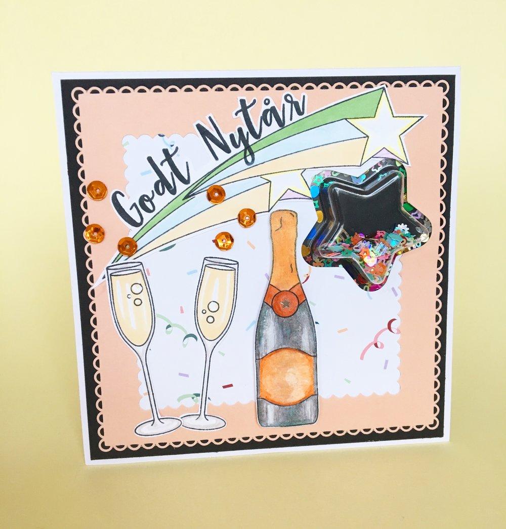 Produkter til dette kort (direkte link hvis du trykker på produktet): Champagne stempel, Stjerneskuds stempel, Tekst stempel, Papir med konfetti, kvadratisk kortbase, Crealies-xxl70 die, Stjerne die CED21015,Stjerne beholder, Pailliet mix.