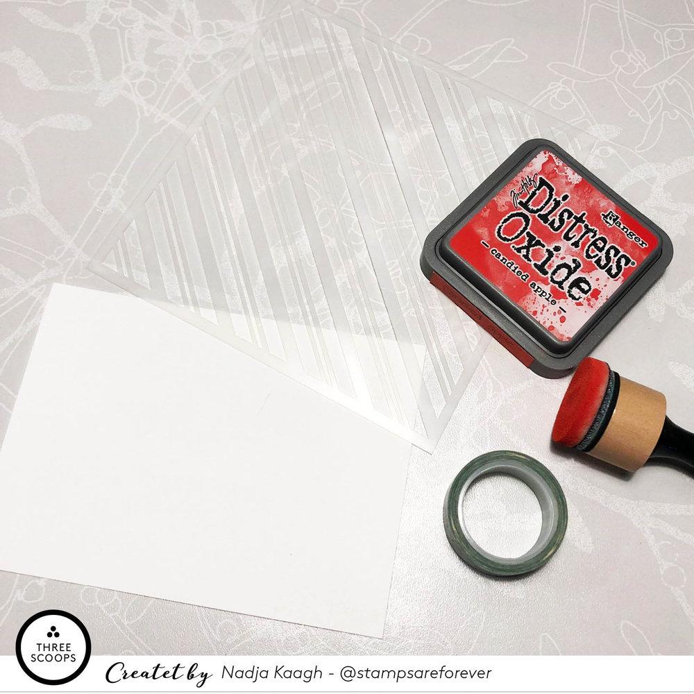 STEP 1:  Jeg tager min stencil, som jeg er helt tosset med, og en super flot rød distress oxide så jeg kan lave illusionen om en klassisk slikpose. Farven jeg har brugt er Candied Apple.
