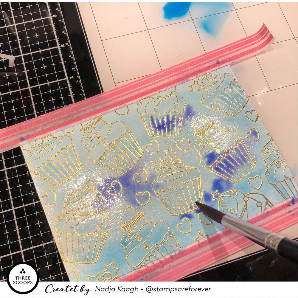 7:  Nu begynder jeg langsomt at duppe farve på med min pensel her og der. Det er fuldstændig tilfældigt hvordan jeg har lagt farven. Hurtigt løber de ind i hinanden og giver en fed effekt. Jeg malerne indtil jeg føler mig nogenlunde tilfreds med resultatet. Herefter tørrer jeg det overfladisk med min varmepistol.