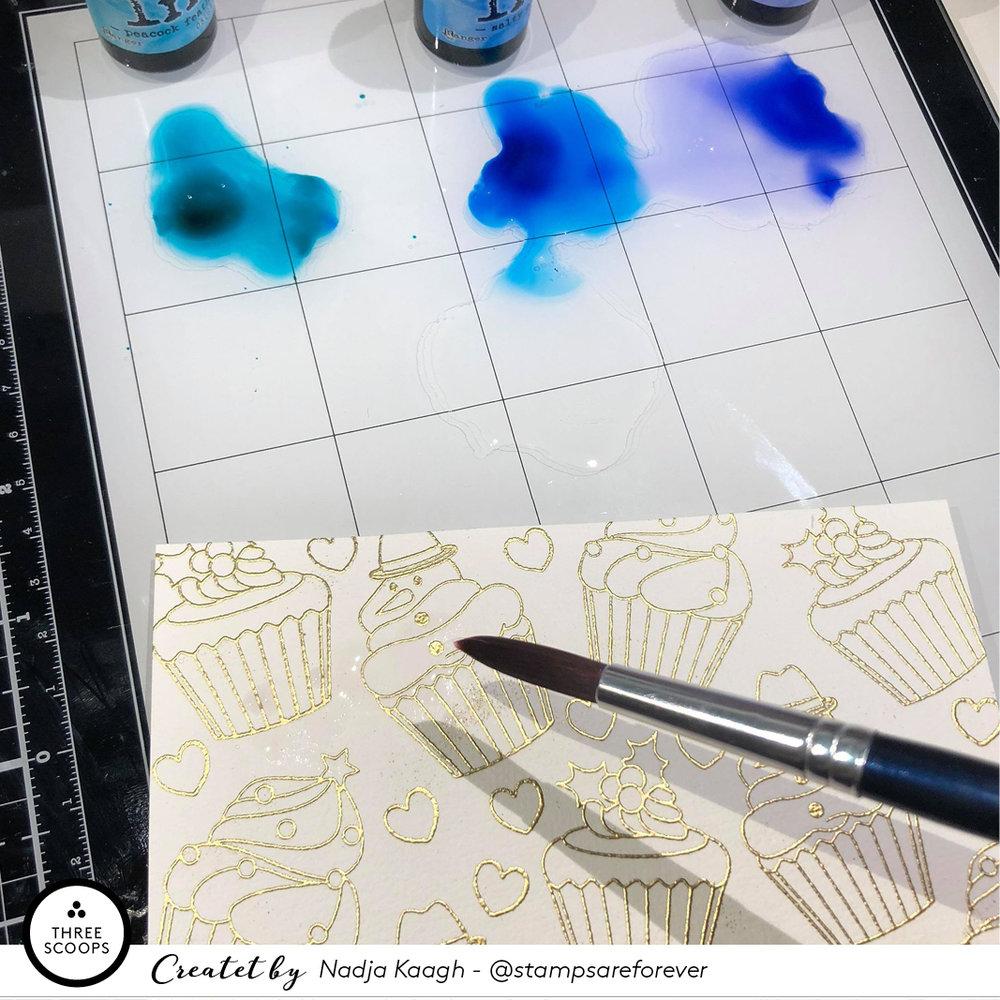6:  Jeg starter med at væde papiret godt over det hele så det er helt mættet af vand - og her husker jeg så at det er en god idé at tape papiret fast når man bruger så store mængder vand. Så det skynder jeg mig lige at gøre. Det skal nok rette sig ud igen også uden tape, men det er bare nemmere at male på en flad overflade end et stykke papir der buer.