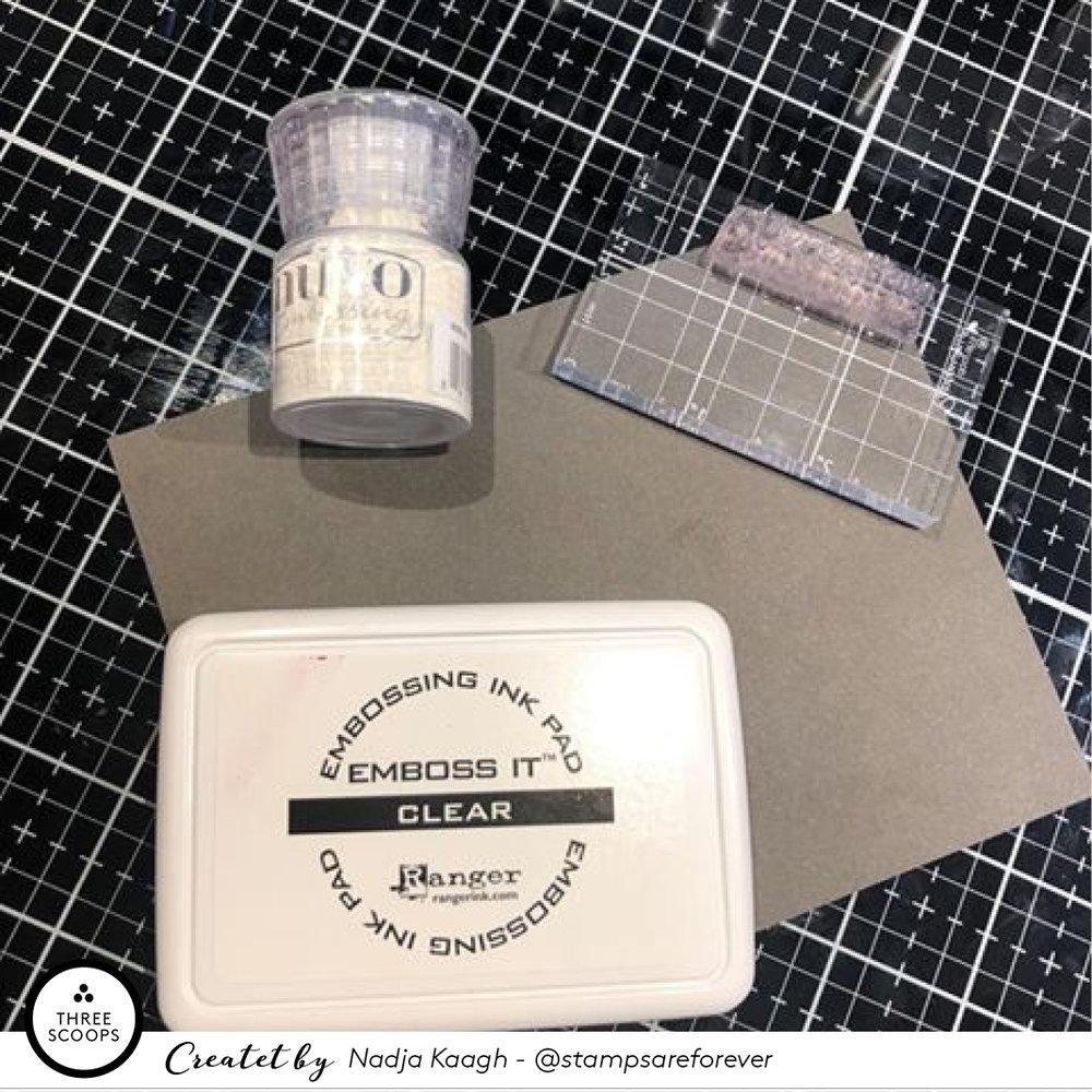 9:  Mens baggrunden tørrer stempler og embosser jeg en tekst med hvid embossing pulver på sort karton.