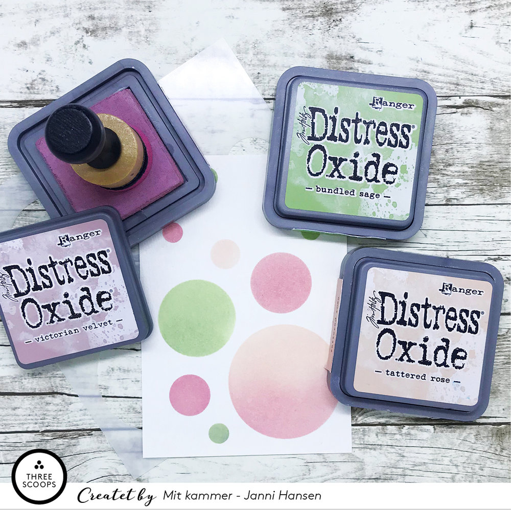 STEP 1:  Oxide farverne jeg har brugt i dag sammen med cirkel-stencilen er    Bundled Sage   ,    Tattered Rose    og    Victorian Velvet   .