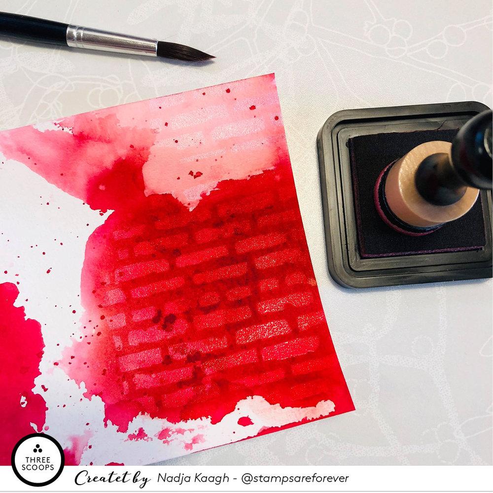 STEP 6:  Hvis jeg kommer til at give for kraftigt et lag eller rammer steder hvor det ikke gør noget godt for min begrund, så tager jeg en pensel med vand og glatter distress sværten ud. Heldigvis reagerer den hurtigt på vand og den er nem at fortynde selv på papiret.