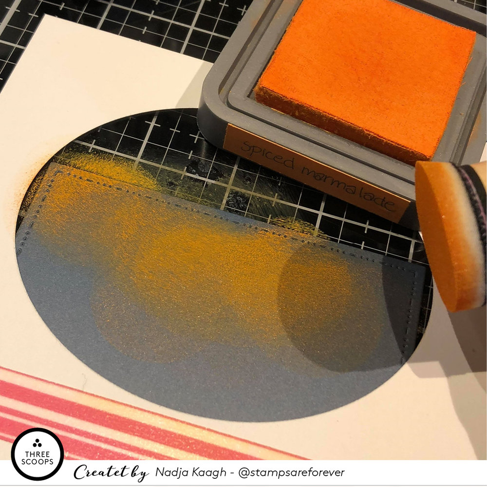 STEP 3:  Derefter tap'er jeg mit papir fast på min Glass Media Mat, som er ideel at arbejde på når man bruger diverse typer sværte. Min oval stencil sætter jeg således at den går ud over begge tophjørner på min baggrund. Jeg har valgt at bruge Spiced marmelade og squeezed lemonade og starter med et tykt lag orange.