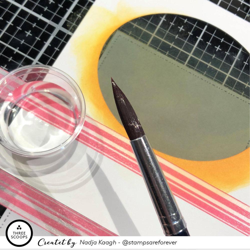 Nu skal jeg bruge en pensel og vand. En god kraftig pensel er god, da der skal kunne falde et par store dråber fra den. De er disse dråber der skal blive til månens krater.