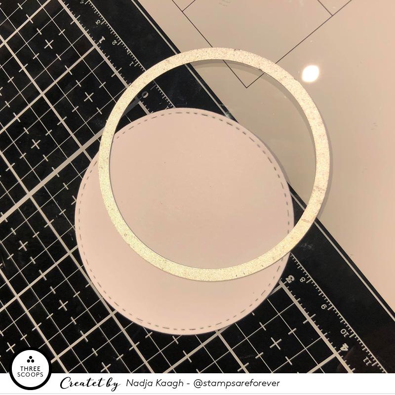 STEP 3:  derefter laver jeg bagsiden i almindelig hvid karton, ved kun at bruge den yderste cirkel som også er den jeg brugte sammen med vinduet.